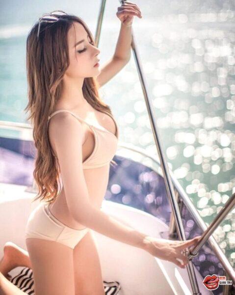 nữ thần tắm suối