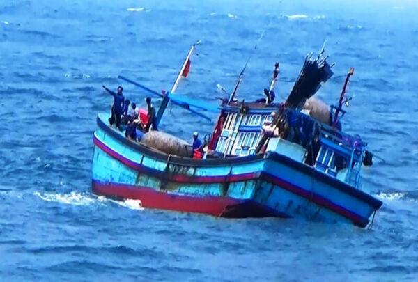Khi tìm chỗ trú bão số 9 - 2 tàu cá chở 26 ngư dân mất tích