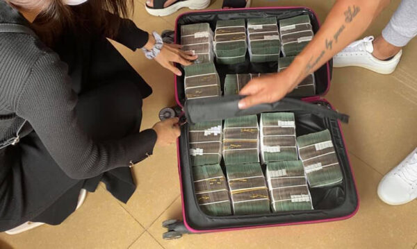 Công Vinh - Thủy Tiên đi rút cả vali tiền để hỗ trợ người dân