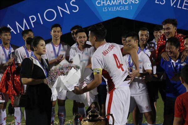 Trung vệ Bùi Tiến Dũng cầu hôn Khánh Linh sau khi vô địch V.League