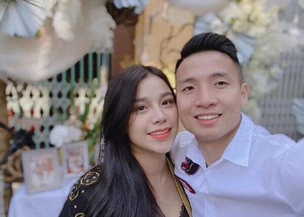 Trung vệ Bùi Tiến Dũng cầu hôn Khánh Linh sau khi vô địch V.League Trung vệ Bùi Tiến Dũng cầu hôn Khánh Linh sau khi vô địch V.League