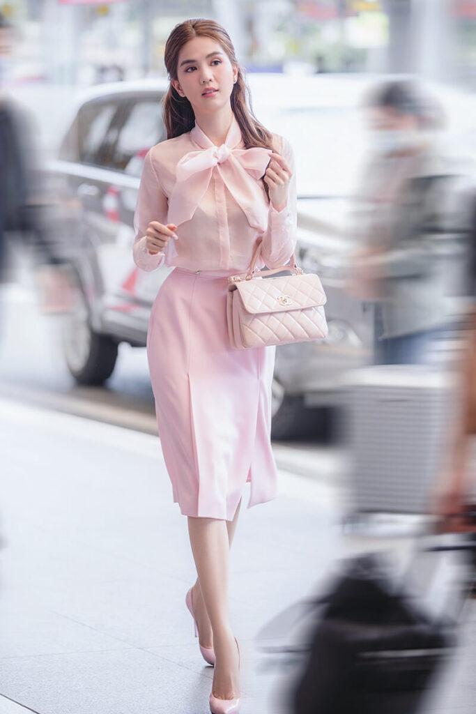 """Ngọc Trinh """"tiểu thư Trà Vinh"""" lần đầu diện set hồng ra sân bay"""