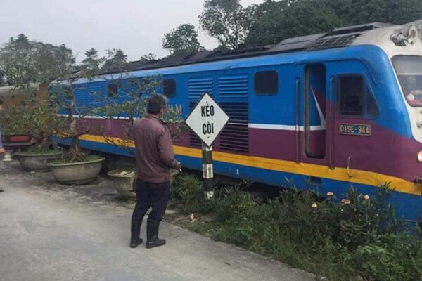 Đi bộ trên đường sắt, người phụ nữ bị tàu hỏa tông chết thảm